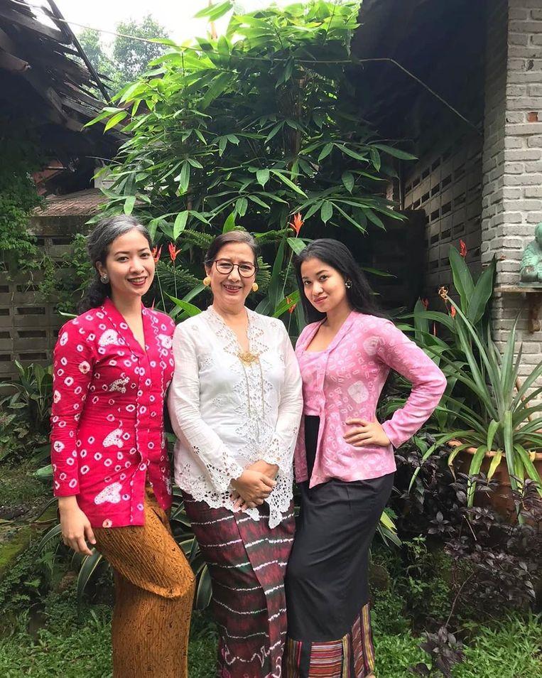 Sita Tyasutami (rechts) zou het virus als escort hebben opgelopen, zo roddelde gans Indonesië. Maria Darmaningsih (midden) en Ratri Anindyajati bleken vlak erna ook besmet. Beeld privébeeld
