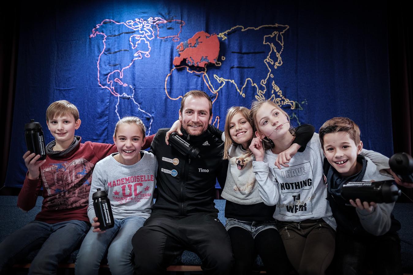 Leerlingen van de Montessorischool in Westervoort, met in het midden Timo Riphagen.   Vanaf links: Joppe Offringa, Rose Lether, Timo Riphagen, Cleo Enscher, Myrthe ter Maat en Pim Lether. foto Jan van den Brink
