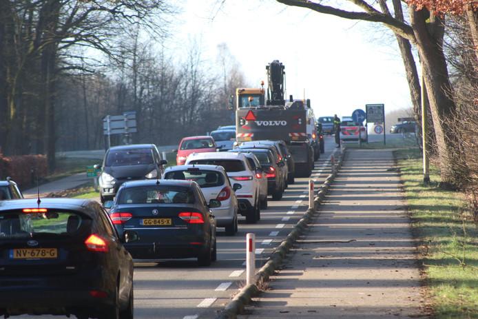 Flinke file door een kop-staartbotsing op de Arnhemseweg bij Apeldoorn.