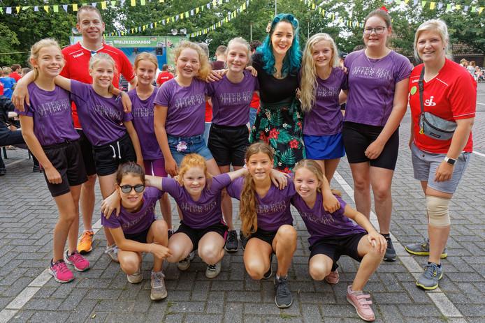 Esther de Morree (staand, vierde van rechts) sponsort Team Alter Ego: 'Petje af voor de organisatie'.