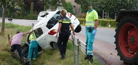 Boer trekt gekantelde auto van  Zwartebroeker weer op de kant