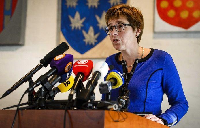 Burgemeester Miranda de Vries van Geldermalsen tijdens de persconferentie.