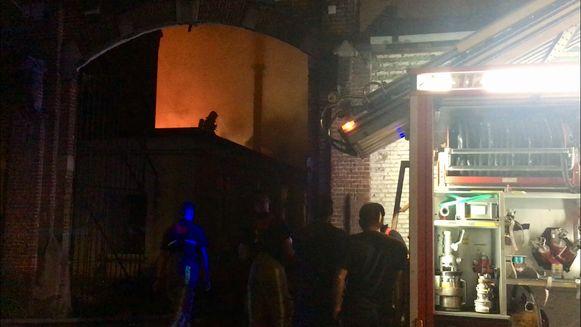 De brand woedde hevig en de brandweer moest nog tot donderdagmiddag blussen.