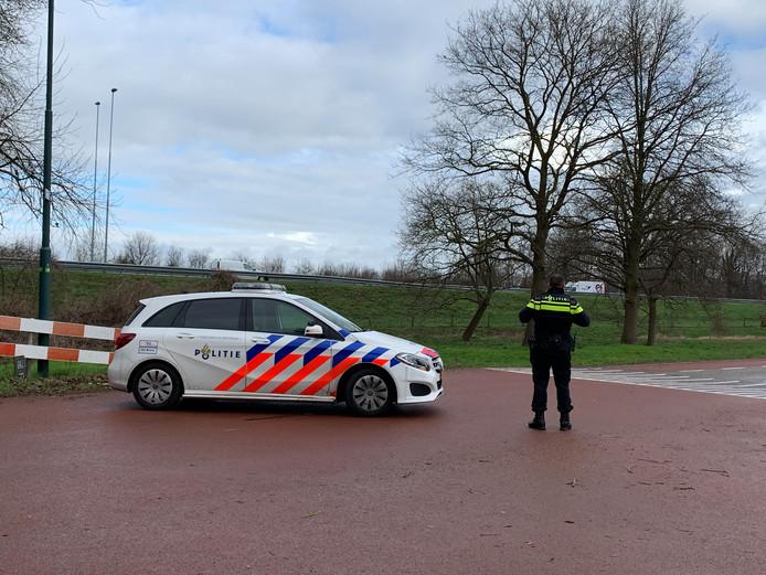 Politie heeft de weg in Vinkel afgezet.