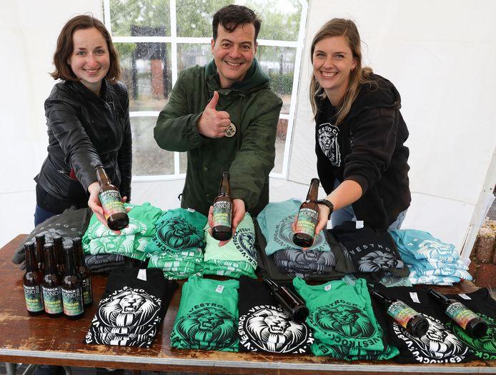 Eline Pilaet, Gino Baart en Angela Samijn (vlnr) staan in de drive-through bij brouwerij Vermeersen in Hulst.