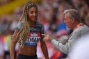 Nafissatou Thiam (links) en haar coach Roger Lespagnard.