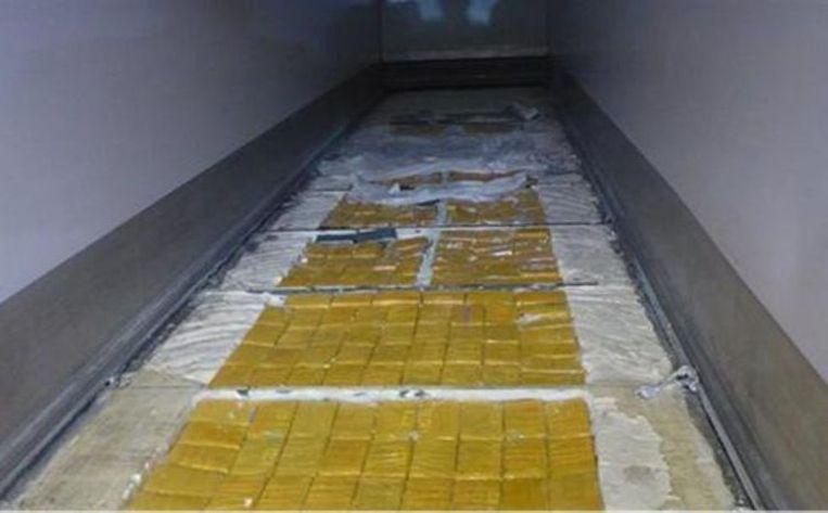 De bende verstopte 336 kg cocaïne in de vloer van een container geladen met ananassen.
