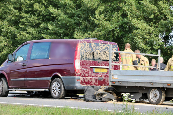 Bij het ongeluk waren twee auto's met aanhanger betrokken