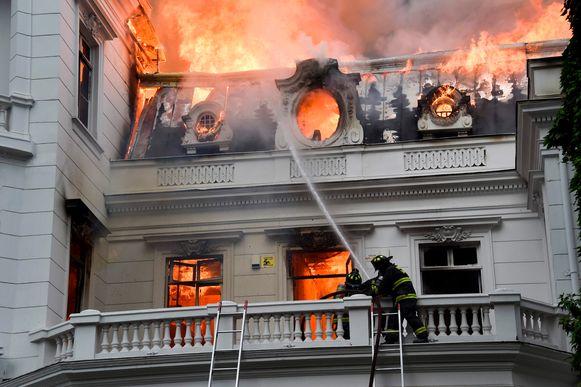 Het vuur greep snel om zich heen in het gebouw van de universiteit Pedro de Valdivia, waar in het interieur veel houtwerk is gebruikt.