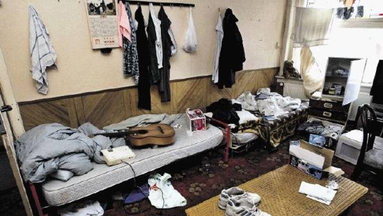 Den Haag, 10 augustus 2004: een door de gemeente gesloten illegaal verhuurde woning in de Transvaalbuurt. ( FOTO PETER HILZ) Beeld