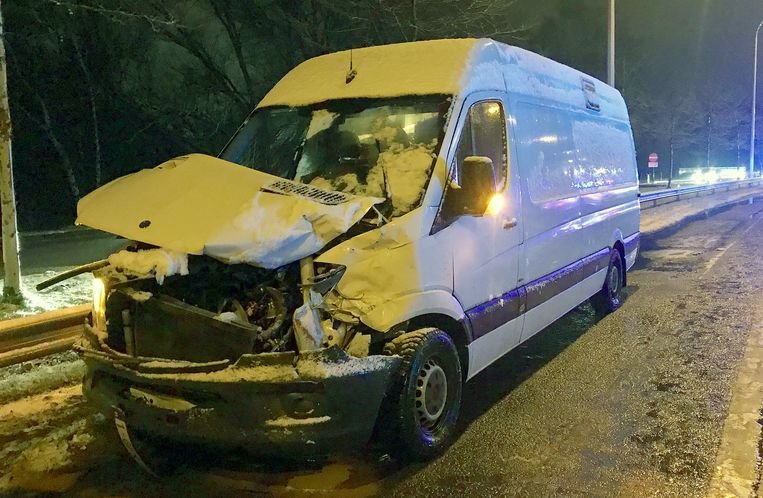 Een van de wagens werd tegen een bestelwagen gekatapulteerd.