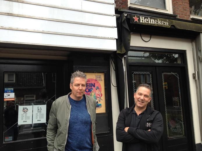 Peter Sanders (links) en Arie van den Brand aan de voorkant van het City Theater.