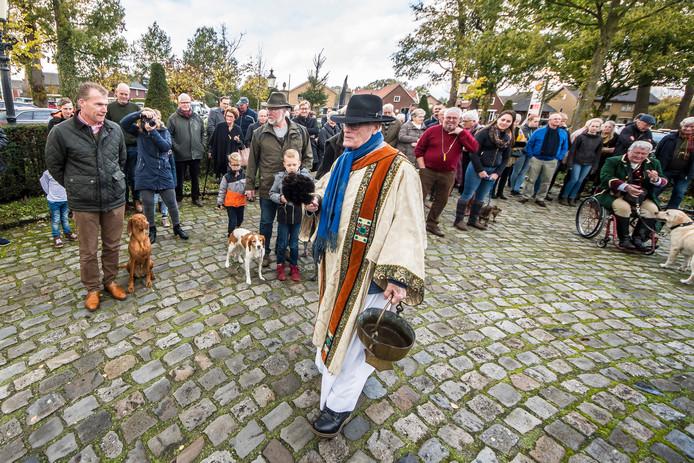 Na de jaarlijkse Hubertusviering in Beckum werden de honden gezegend door Diaken Fons Peters.