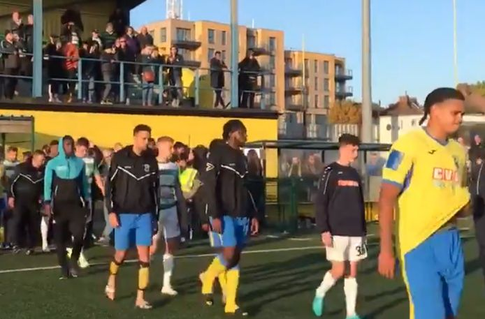 Après quelques minutes de discussion, les joueurs de Yeovil ont décidé d'être solidaires de leurs adversaires et le match a été définitivement arrêté.