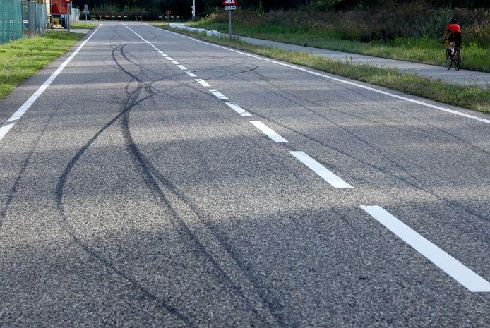 Sporen van straatraces op de Savoyaardsweg bij Terneuzen, archieffoto van september vorig jaar.