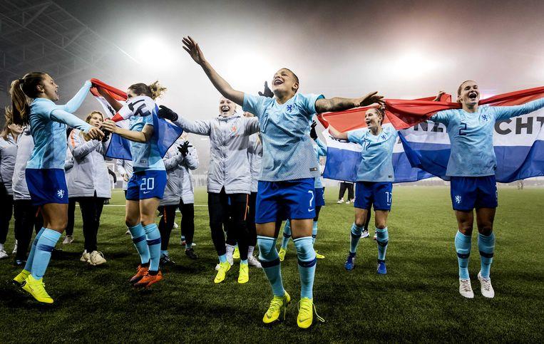 Het Nederlandse vrouwenelftal viert het bereiken van het WK 2019.  Beeld ANP