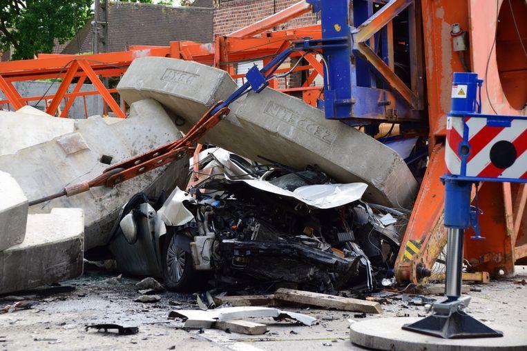 De Volkswagen is door de betonblokken compleet platgedrukt.