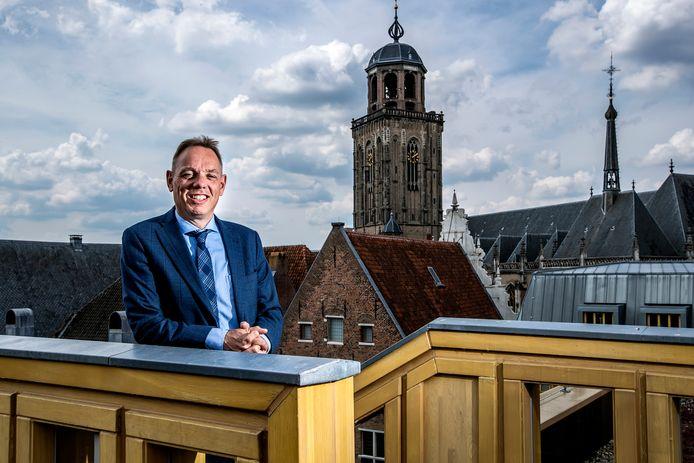 """Ron König op het dakterras van het stadhuis in Deventer. ,,Als de politiek het te vroeg vindt voor veranderingen, leg ik me daarbij neer."""""""