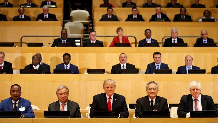 Trump maandag bij een sessie van de Verenigde Naties in New York over organisatorische hervormingen. Aan zijn rechterzijde VN-chef Guterres. Beeld Kevin Lamarque / Reuters