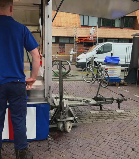Stofhappen op markt in Enschedese wijk Wesselerbrink