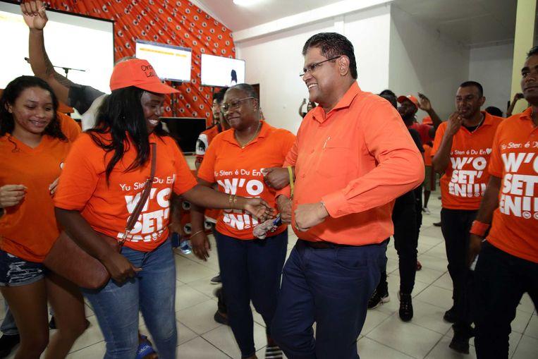 Oppositieleider Chan Santokhi van de VHP viert de zetelwinst in het partijcentrum. De NDP-partij van president Desi Bouterse lijkt aan de verliezende hand te zijn bij de parlementsverkiezingen in Suriname.  Beeld ANP