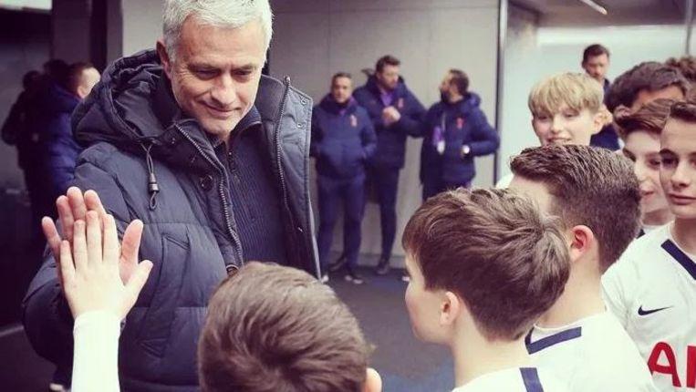 In het Tottenham Hotspur Stadium krijg je er soms ook een high five van Mourinho bij.