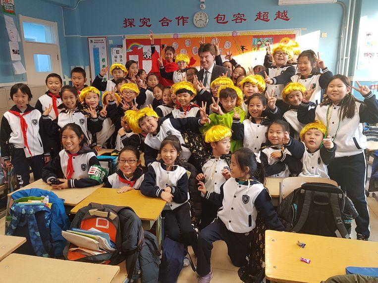 Vlaams minister voor Cultuur Sven Gatz bezocht ook een basisschool in Peking om een stripalbum van Jommeke te promoten.