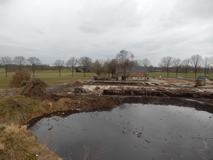 Tijdelijk mestbassin achter de gesloopte varkensstal van Laag Heukelomsweg 7 in Heukelom (gemeente Oisterwijk).