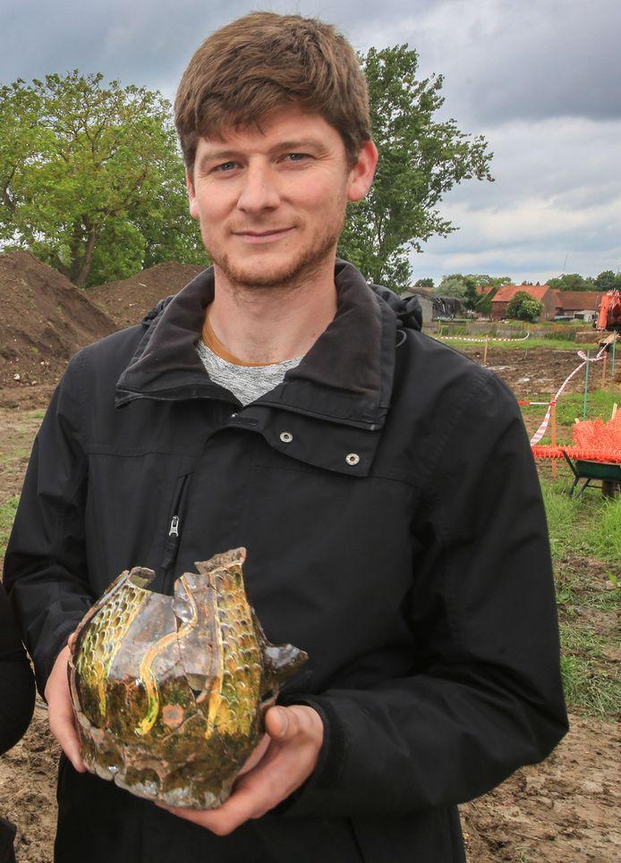 Archeoloog Jan Decorte vertelt over hoe  archeologisch onderzoek bijdraagt aan het verhaal van de geschiedenis van Ieper.