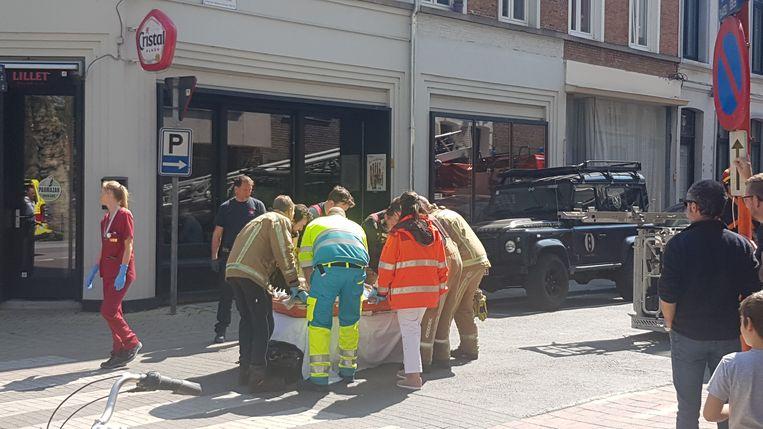 De man werd met zware verwondingen afgevoerd naar het ziekenhuis.