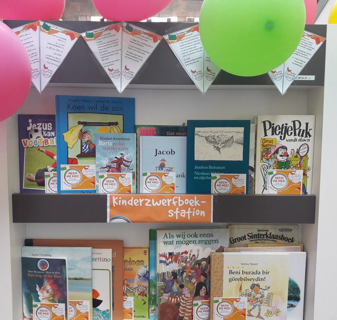 Het Kinderzwerfboek-station in de hal van het gemeentehuis van Waalwijk. Kinderen mogen hier gratis een boek mee nemen om te lezen.