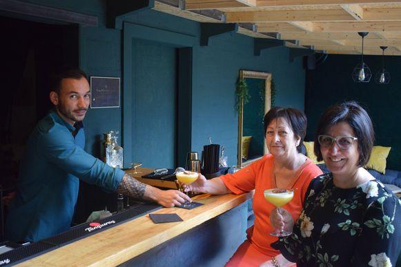 Kenzo serveert Georgette en Claudia een 'Pornstar Martini'.