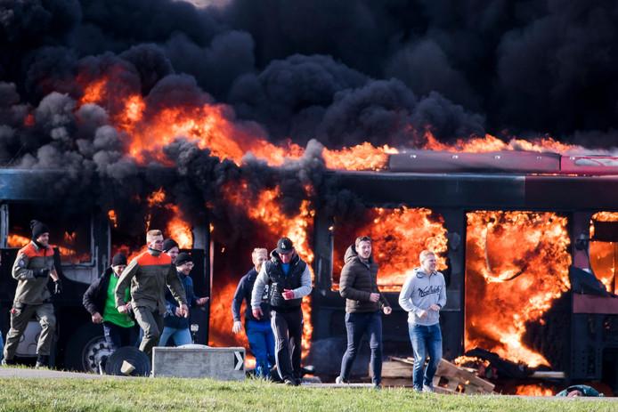 Lachende gezichten bij een enorme explosie in Zwitserland. De veiligheidsdiensten hielden een terreuroefening bij het vliegveld in Zurich waarbij een passagiersbus werd opgeblazen. Foto Christian Merz
