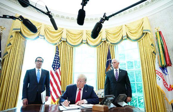 Trump ondertekende de sancties gisteren in het Oval Office in het Witte Huis.
