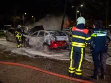 Vlammenzee verwoest zes auto's in Tilburg: politie gaat uit van brandstichting
