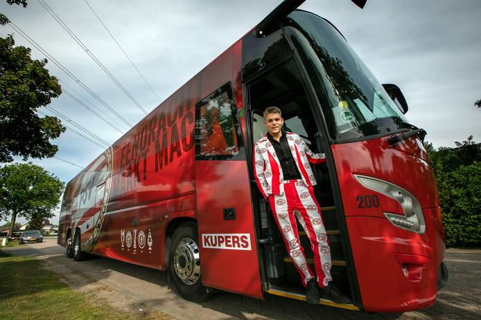 Lex van Kollenburg uit Oirschot werd – in zijn speciaal gemaakte PSV-kostuum – door de spelersbus van zijn favoriete voetbalclub naar zijn eindgala in Best gebracht.
