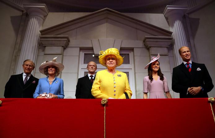 Het Londense Madame Tussauds heeft haar koninklijke balkon met wasfiguren vernieuwd. Van links naar rechts: prins Charles en zijn vrouw Camilla, de Britse koningin Elizabeth en prins Philip en de Britse prins William, de hertog van Cambridge en Catherine, hertogin van Cambridge. Foto Hannah McKay