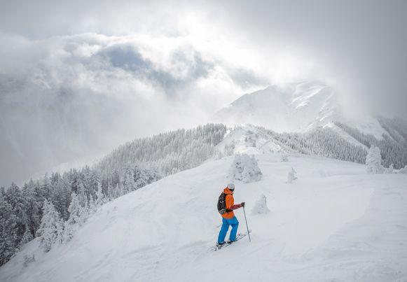 Een skiër ploegt door de sneeuw in Taos, in de Amerikaanse staat New Mexico.
