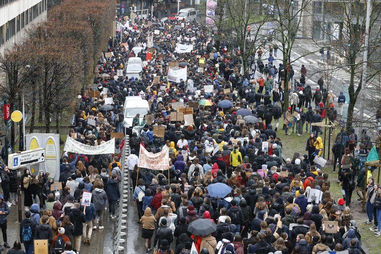 De opkomst voor de tweede editie van 'Spijbelen voor het klimaat' overtrof de verwachtingen. Na de 3.000 spijbelende leerlingen van vorige week, trokken er nu liefst 12.500 jongeren door Brussel.