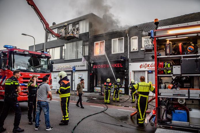De woning over de winkel brandde volledig uit.