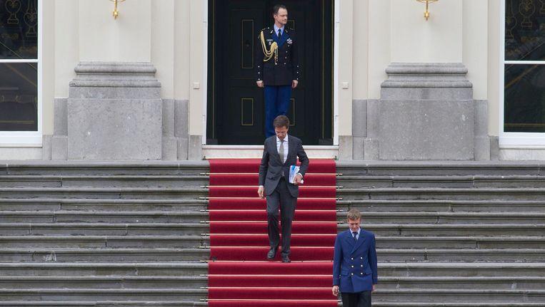 Premier Rutte vertrekt uit het Paleis Huis ten Bosch. Beeld AP