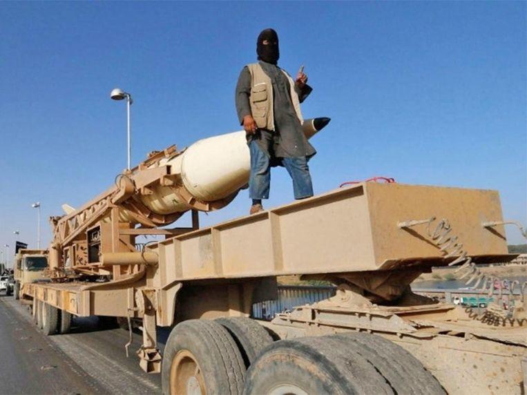 IS showt wapentuig in een propagandavideo uit 2014.