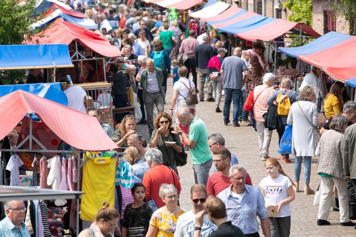 Gezellige drukte tijdens de Vrijmarkt in Halder.