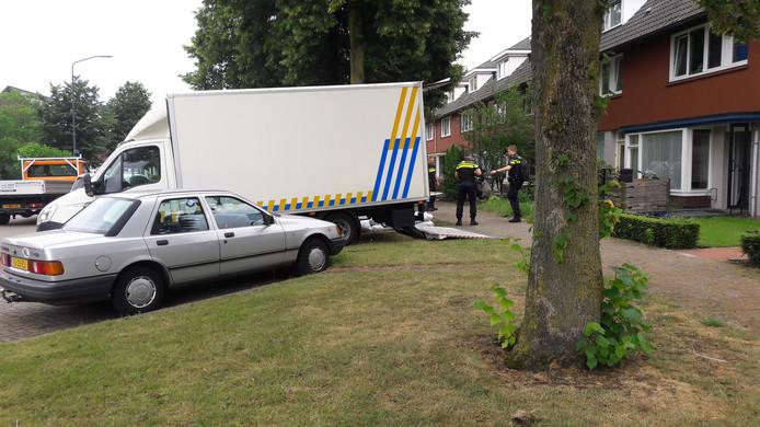 Het huis waarop de overal vrijdagochtend vroeg plaatsvond, wordt door de politie vrijdagmiddag deels leeggeruimd.