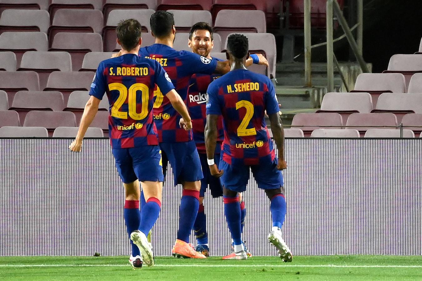Lionel Messi wordt gefeliciteerd met zijn goal.