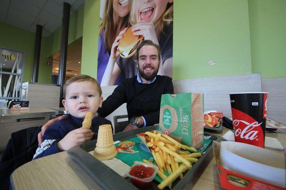 Laurenz Dendauw en zoontje Maurice genieten nu nog van een burger in Quick, maar binnenkort wordt het pand omgevormd tot een Burger King.