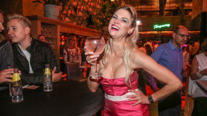 Tanja Dexters gaat naakt op hotel