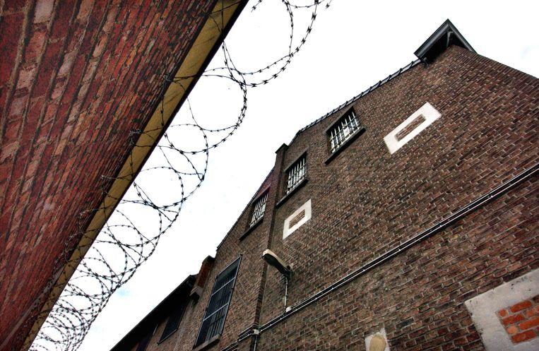 Weer gevangene ontsnapt uit gevangenis in Tongeren / de prikkeldraad aan de binnenkant van de gevangenismuren
