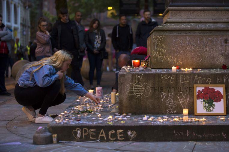 29 mei 2017. Op het St Ann's Square in Manchester worden de slachtoffers van de zelfmoordaanslag op het Ariana Grande-concert herdacht. Beeld AFP