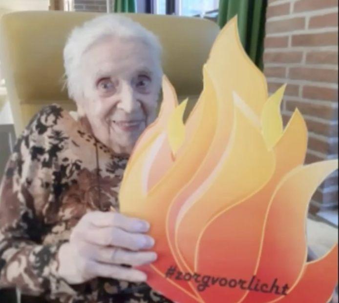 Een bewoner van Avondvrede met de vlam die licht en liefde voorstelt